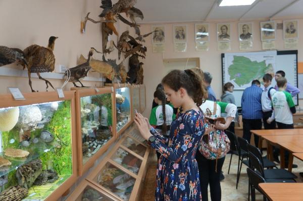 Экскурсия участников слета юных экологов в Лабораторию экологического воспитания ИЦиГ СО РАН