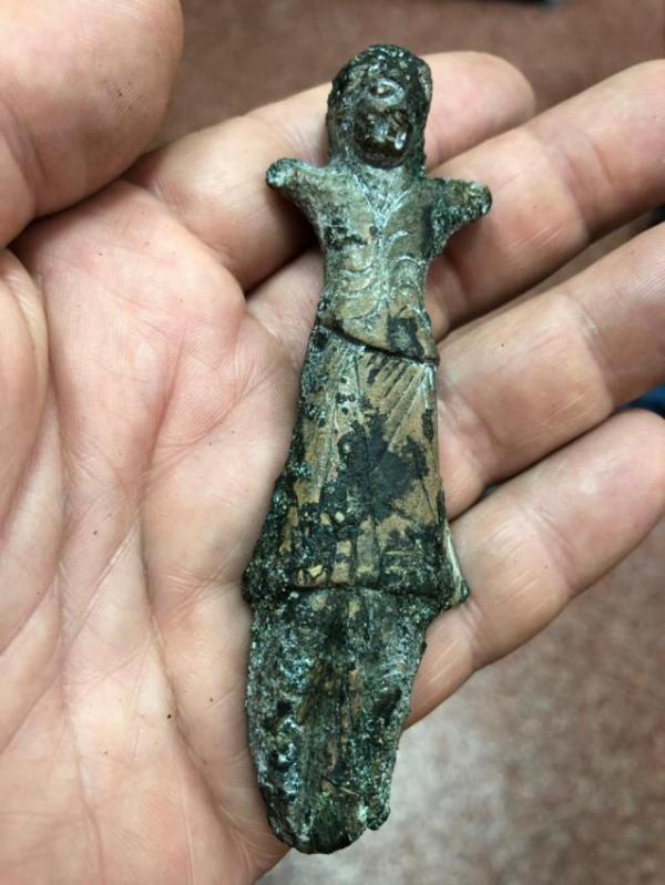 Металлическая антропоморфная статуэтка восточного происхождения, найденная в районе в районе традиционной переправы через Обь