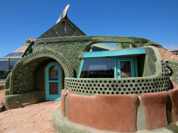 американский архитектор из штата Нью-Мексико Майкл Рейнольдс – легендарный создатель концепции и дизайна Earthship