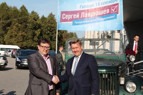В Академгородке идет символическая акция: по его улицам  ездит знаменитый «газик»
