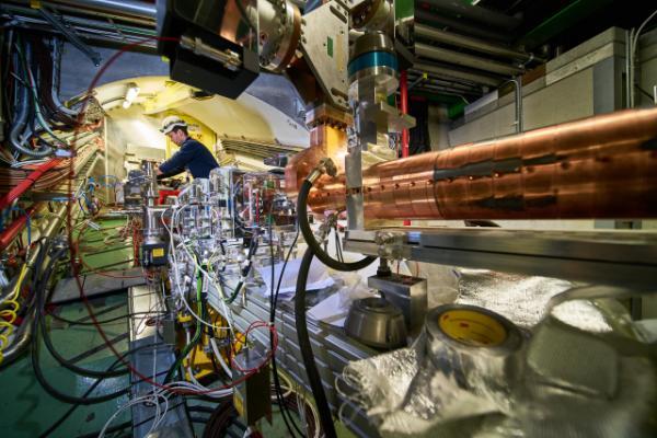 Впервые удалось ускорить электроны с помощью волны, создаваемой сгустком протонов в плазме