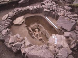 Для кара-кобинской культуры характерно оборудование каменного «ящика» внутри могилы