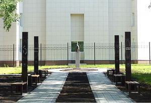 На колоннах четырех фонарей, освещающих аллею перед памятником, отражены четыре фазы деления клетки