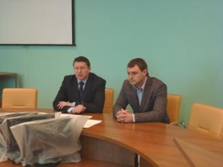На фото: Иван Зыков (слева) и начальник отдела энергетики и ЖКХ администрации Советского района Павел Ладышкин