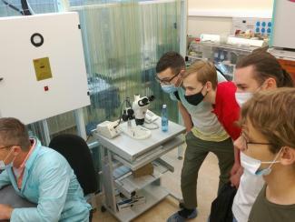 Выпускники СУНЦ НГУ побывали в Институте физики полупроводников СО РАН