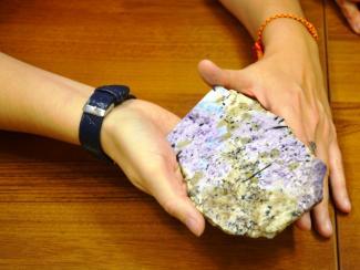 Камень с удивительной палитрой голубого цвета, обнаружен на границе с Якутией